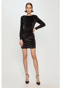 Guess - Sukienka. Kolor: czarny. Materiał: tkanina. Długość rękawa: długi rękaw. Typ sukienki: dopasowane