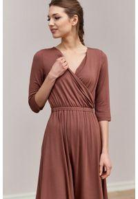 Marie Zélie - Sukienka Rita cynamonowa – mikromodal. Typ kołnierza: dekolt kopertowy. Kolor: brązowy. Materiał: wiskoza, dzianina, elastan, włókno, skóra. Długość rękawa: krótki rękaw. Typ sukienki: proste, kopertowe
