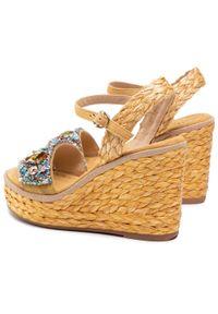 Beżowe sandały Alma En Pena na koturnie, z aplikacjami, na średnim obcasie