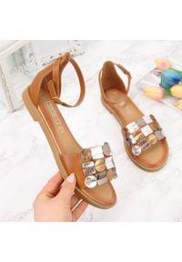 Sandały damskie z nitami brązowe Filippo. Kolor: brązowy. Materiał: skóra ekologiczna
