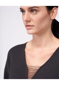 PESERICO - Grafitowy sweter z aplikacją. Okazja: na co dzień. Kolor: szary. Materiał: prążkowany, tkanina, kaszmir, jedwab, wełna. Wzór: aplikacja. Sezon: jesień. Styl: casual