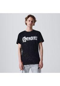 Cropp - Koszulka Avengers - Czarny. Kolor: czarny. Wzór: motyw z bajki