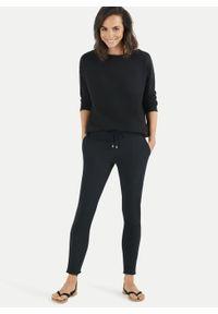 Spodnie dresowe Juvia. Kolor: czarny. Materiał: dresówka. Wzór: aplikacja