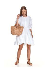 TOP SECRET - Letnia sukienka o luźnym fasonie. Kolor: biały. Materiał: materiał. Wzór: aplikacja. Sezon: lato