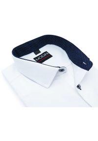 Modini - Biała koszula męska z granatowymi kontrastami w kropki - krótki rękaw YK02. Kolor: niebieski, biały, wielokolorowy. Materiał: bawełna, tkanina, poliester. Długość rękawa: krótki rękaw. Długość: krótkie. Wzór: kropki. Styl: klasyczny