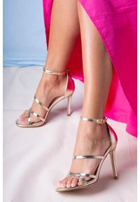 Casu - Złote sandały szpilki błyszczące z paskiem wokół kostki casu d20x13/g. Zapięcie: pasek. Kolor: złoty. Obcas: na szpilce