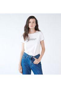 Biały t-shirt Sinsay z napisami