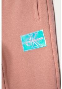 Różowe spodnie dresowe Calvin Klein Jeans na co dzień, casualowe