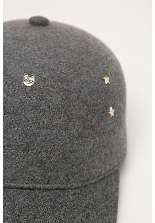Szara czapka z daszkiem TOMMY HILFIGER z aplikacjami