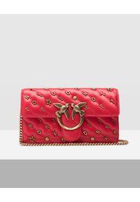 Pinko - PINKO - Czerwony portfel na łańcuszku. Kolor: czerwony. Wzór: aplikacja