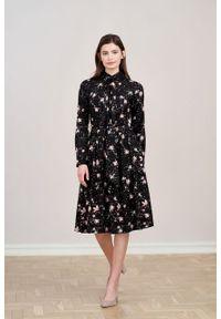 Marie Zélie - Sukienka Leandra Pioggerella. Typ kołnierza: kokarda. Materiał: bawełna, wiskoza, tkanina, materiał. Długość rękawa: długi rękaw