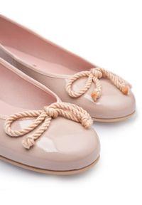 PRETTY BALLERINAS - Lakierowane baleriny z kokardką Rosario. Nosek buta: okrągły. Kolor: różowy, wielokolorowy, fioletowy. Materiał: lakier. Wzór: aplikacja