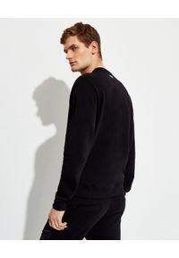 Les Hommes - LES HOMMES - Czarna bluza z kontrastowym nadrukiem. Okazja: na co dzień. Kolor: czarny. Materiał: jeans, bawełna. Długość rękawa: długi rękaw. Długość: długie. Wzór: nadruk. Styl: casual, klasyczny