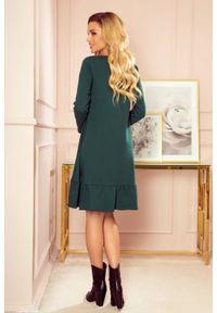 Numoco - Trapezowa bawełniana sukienka oversize z falbaną butelkowa zieleń. Materiał: bawełna. Typ sukienki: oversize, trapezowe