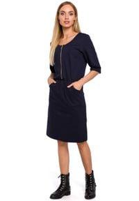 MOE - Lekko dopasowana sukienka z ozdobnym zamkiem. Okazja: do pracy. Materiał: dresówka, dzianina, materiał, bawełna. Długość rękawa: krótki rękaw. Typ sukienki: ołówkowe. Styl: elegancki