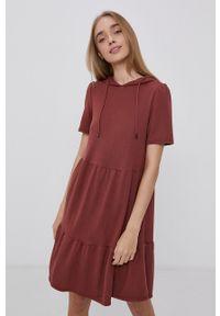 Jacqueline de Yong - Sukienka. Kolor: czerwony. Materiał: dzianina. Wzór: gładki. Typ sukienki: rozkloszowane