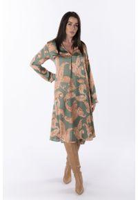 e-margeritka - Sukienka satynowa trapezowa midi w orientalny wzór - zielony, U. Typ kołnierza: kołnierzyk stójkowy. Kolor: zielony. Materiał: satyna. Długość rękawa: długi rękaw. Typ sukienki: trapezowe. Styl: elegancki. Długość: midi