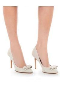 BRUNO MAGLI - Szpillki. Okazja: na co dzień. Nosek buta: szpiczasty. Kolor: biały. Materiał: materiał. Obcas: na obcasie. Styl: wizytowy, elegancki, casual. Wysokość obcasa: średni