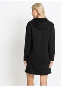 Sukienka dresowa bonprix czarno-biały z nadrukiem. Typ kołnierza: kaptur. Kolor: czarny. Materiał: dresówka. Wzór: nadruk