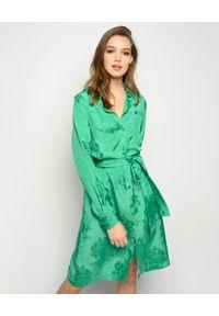 Pinko - PINKO - Zielona sukienka Alicia. Okazja: na imprezę, na randkę. Kolor: zielony. Materiał: tkanina, żakard, materiał. Długość rękawa: długi rękaw. Wzór: kwiaty. Typ sukienki: koszulowe. Styl: klasyczny, elegancki. Długość: midi