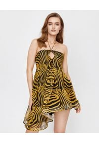 JOANNA MUZYK - Sukienka w zebrę Katrina. Kolor: czarny. Materiał: wiskoza, tkanina. Wzór: motyw zwierzęcy. Typ sukienki: kopertowe, asymetryczne, z odkrytymi ramionami