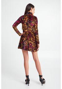 Versace Jeans Couture - SUKIENKA VERSACE JEANS COUTURE. Materiał: welur. Wzór: kratka, kolorowy. Typ sukienki: rozkloszowane, dopasowane, trapezowe. Długość: mini