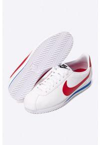 Białe buty sportowe Nike Sportswear z okrągłym noskiem, na obcasie