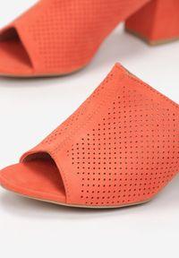 Born2be - Pomarańczowe Klapki Nethalise. Nosek buta: otwarty. Kolor: pomarańczowy. Wzór: aplikacja. Obcas: na obcasie. Wysokość obcasa: średni