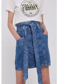 Tommy Jeans - Spódnica jeansowa. Stan: podwyższony. Kolor: niebieski. Materiał: denim