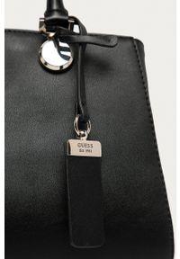 Guess Jeans - Torebka. Kolor: czarny. Rodzaj torebki: na ramię