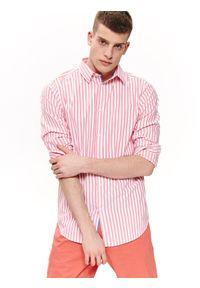 TOP SECRET - Koszula w paski dopasowana. Okazja: na co dzień. Kolor: czerwony. Materiał: bawełna, tkanina, jeans. Długość rękawa: długi rękaw. Długość: długie. Wzór: paski. Sezon: lato, wiosna. Styl: elegancki, casual
