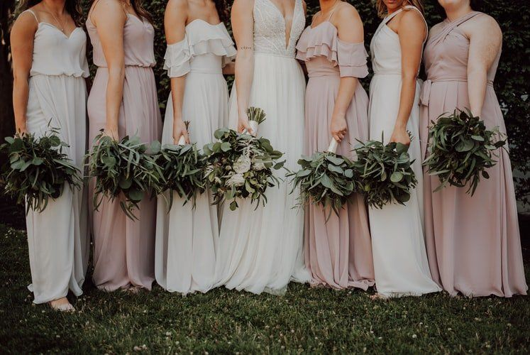 Najmodniejsze sukienki na wesele. Jaką wybrać?