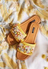 Renee - Żółte Klapki Lameriko. Nosek buta: otwarty. Kolor: żółty. Wzór: gładki, aplikacja, kolorowy. Obcas: na płaskiej podeszwie