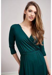 Marie Zélie - Sukienka Rita butelkowa zieleń mikromodal. Typ kołnierza: dekolt kopertowy. Materiał: wiskoza, dzianina, elastan, włókno, skóra. Długość rękawa: krótki rękaw. Typ sukienki: proste, kopertowe #7