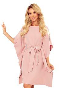 Numoco - Sukienka Typu Motyl z Paskiem - Różowa. Kolor: różowy. Materiał: poliester, elastan