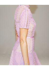 SELF PORTRAIT - Liliowa sukienka midi. Okazja: na wesele, na ślub cywilny. Kolor: różowy, wielokolorowy, fioletowy. Materiał: koronka. Wzór: ażurowy, koronka, geometria. Typ sukienki: rozkloszowane, dopasowane. Styl: klasyczny. Długość: midi #3