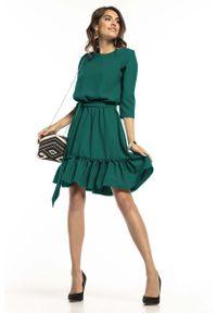 Tessita - Szmaragdowa Lekka Rozkloszowana Sukienka z Falbanką. Kolor: zielony. Materiał: poliester, elastan
