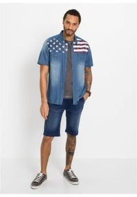 """Koszula dżinsowa z nadrukiem z motywem flagi USA, krótki rękaw bonprix niebieski """"medium bleached"""" z nadrukiem. Kolor: niebieski. Długość rękawa: krótki rękaw. Długość: krótkie. Wzór: nadruk"""