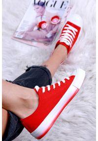 Czerwone buty sportowe IVET w kolorowe wzory, na co dzień