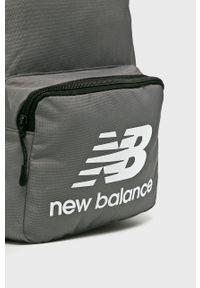 Szary plecak New Balance z nadrukiem