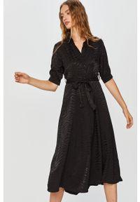 Czarna sukienka Answear Lab wakacyjna, prosta, na co dzień, z krótkim rękawem