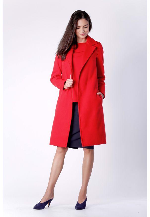 Nommo - Klasyczny Czerwony Płaszcz z Wiązanym Paskiem. Kolor: czerwony. Materiał: poliester, wiskoza, wełna. Styl: klasyczny