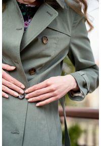 Marie Zélie - Trencz Adria bawełna z elastanem oliwkowy. Kolor: oliwkowy. Materiał: elastan, bawełna. Sezon: lato. Styl: klasyczny