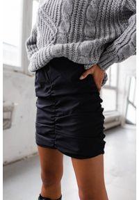 Spódniczka mini drapowana w kolorze czarnym - BERRY by Marsala. Okazja: na co dzień. Kolor: czarny. Materiał: elastan, poliamid, bawełna, materiał. Styl: klasyczny, elegancki, casual