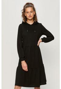 Czarna sukienka Jacqueline de Yong mini, prosta, z kapturem, z długim rękawem