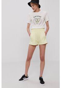 adidas Originals - Szorty. Okazja: na co dzień. Kolor: żółty. Materiał: dzianina. Wzór: gładki. Styl: casual