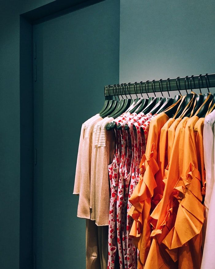 Mohito – co to za marka? Jakie sukienki, bluzki i swetry znajdziesz w kolekcji polskiej sieciówki?