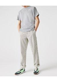 Lacoste - LACOSTE - Szary t-shirt z naszywanym logo krój Regular Fit. Kolor: szary. Materiał: bawełna, jeans. Wzór: aplikacja