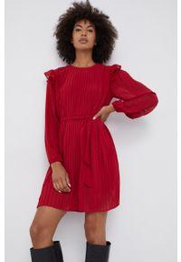 Pepe Jeans - Sukienka Coline. Kolor: czerwony. Materiał: tkanina. Długość rękawa: długi rękaw. Typ sukienki: plisowane