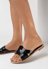 Born2be - Czarne Klapki Mosolos. Nosek buta: okrągły. Kolor: czarny. Materiał: skóra. Wzór: paski. Obcas: na obcasie. Wysokość obcasa: niski
